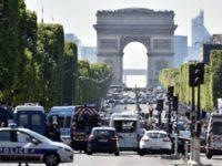В Париже автомобиль протаранил полицейский автобус, проводится спецоперация